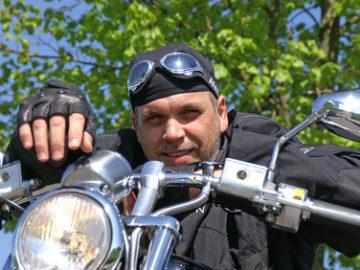 Ein zufriedener Motorrad-Reisender